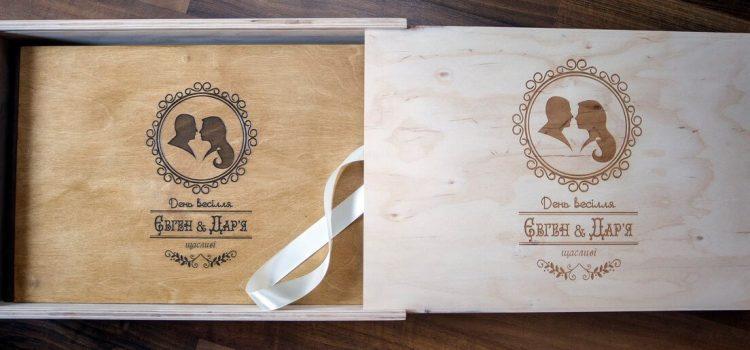 Свадебная фотокнига 45х30, деревянная обложка цвет «Орех», сзади кожзамный переплет